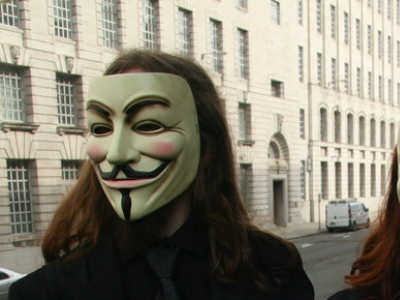 Anonymous-Aktivisten mit typischen Guy-Fawkes-Masken, Paul Williams, Lizenz: dts-news.de/cc-by