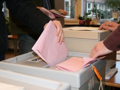 Wählerin wirft Stimmzettel in Wahlurne, dts Nachrichtenagentur