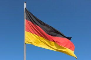 Deutsche Flagge 445x334 310x205 - Bundestag debattiert über Regeln für Wechsel in Wirtschaft
