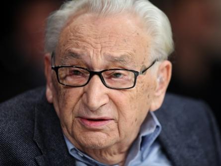 Photo of Egon Bahr verteidigt Teilnahme an umstrittener Konferenz