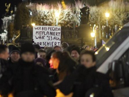 """Photo of """"Pegida"""" bringt tausende Menschen auf die Straße"""