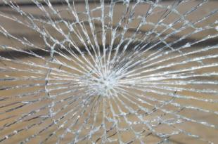 Glasbruch 310x205 - Darauf sollten Sie beim Vergleich von Haftpflichtversicherungen achten