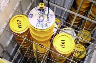 Radioaktive Abfälle werden aus der Kaverne geholt