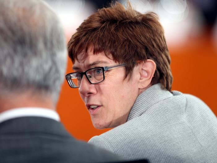 Kramp Karrenbauer weist Seehofer Kritik an Merkel zurück - Kramp-Karrenbauer weist Seehofer-Kritik an Merkel zurück