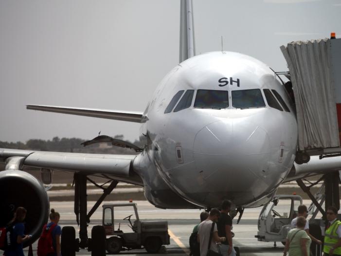 Flugzeug mit Passagieren auf dem Rollfeld, über dts Nachrichtenagentur