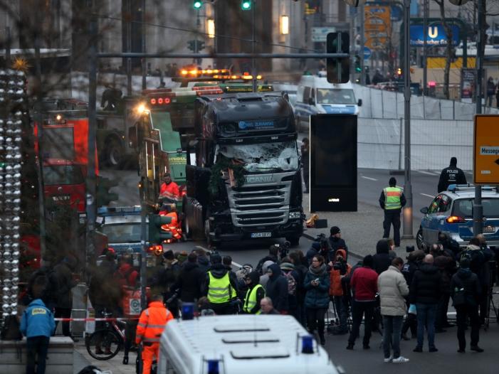 Bild von Merkel und Hollande besuchen Anschlagsort am Breitscheidplatz