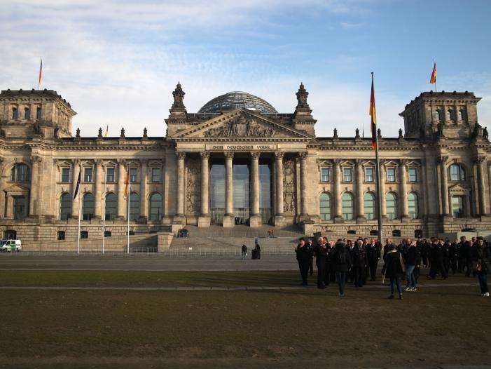 Photo of Ex-Verteidigungsminister Jung rügt Russland wegen Reichstags-Nachbau