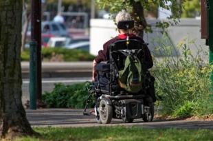 Rollstuhlfahrer 310x205 - Studie: Durchbruch bei Behandlung von schweren Lähmungen