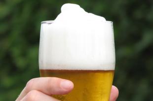 Bier trinken 310x205 - Bierbrauer AB InBev kommt mit globalem Einkauf nach Zug