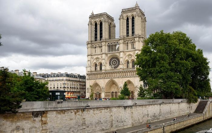 Islamistischer Angreifer versetzt Hunderte in Paris in Panik