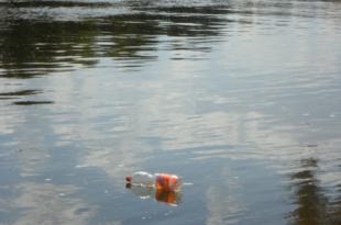Plastik im Wasser 310x205 - Weltweit Mikroplastik in abgefülltem Flaschenwasser