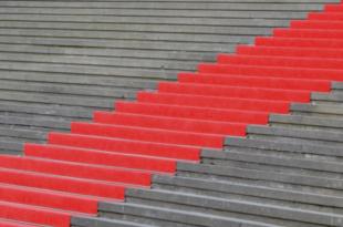 Roter Teppich 310x205 - Teppichreinigung: Flecken auf dem Teppich selbst entfernen?