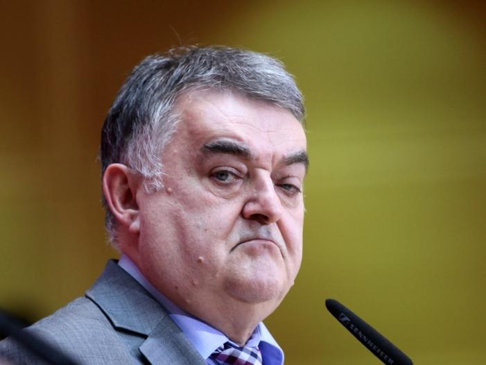 NRW-Innenminister will Anzahl der Messer-Attacken in Statistik