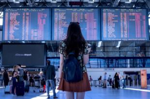 am Flughafen 310x205 - Reisebuchungen immer öfter am Smartphone