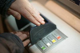 Bankomat 310x205 - Studie: Jede zweite Bank will Bankgebühren anheben