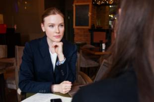 Geschaeftsverhandlung 310x205 - Umfrage: Kunden bewerten Finanzdienstleister positiv