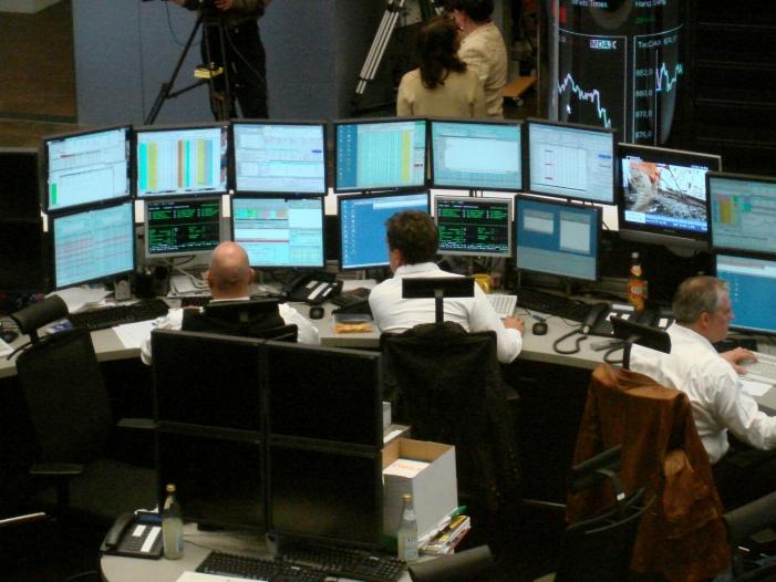 DAX legt am Mittag zu Deutsche Bank Aktie nach Razzia im Minus - DAX legt am Mittag zu - Deutsche-Bank-Aktie nach Razzia im Minus