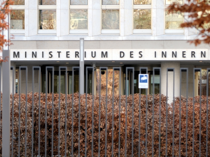 Innenministerium bekraeftigt Plaene fuer verschaerfte Asylgesetzgebung - Innenministerium fordert Grünen-Ja zu sicheren Herkunftsstaaten