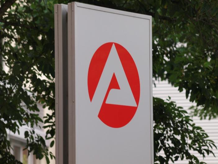 Bild von Arbeitsagentur gegen längeren Bezug von ALG I