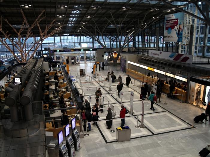 SPD und Gruene fordern Oekosteuer auf Flugtickets - SPD und Grüne fordern Ökosteuer auf Flugtickets