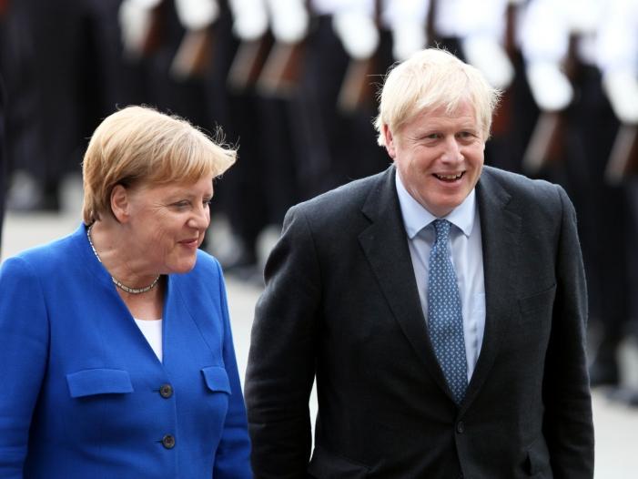 Photo of Johnson von Merkel in Berlin empfangen
