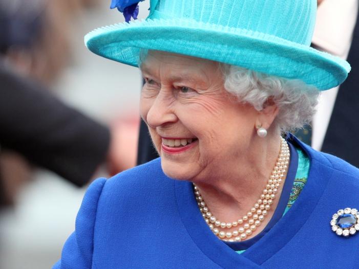Photo of Queen stimmt Parlamentspause zu