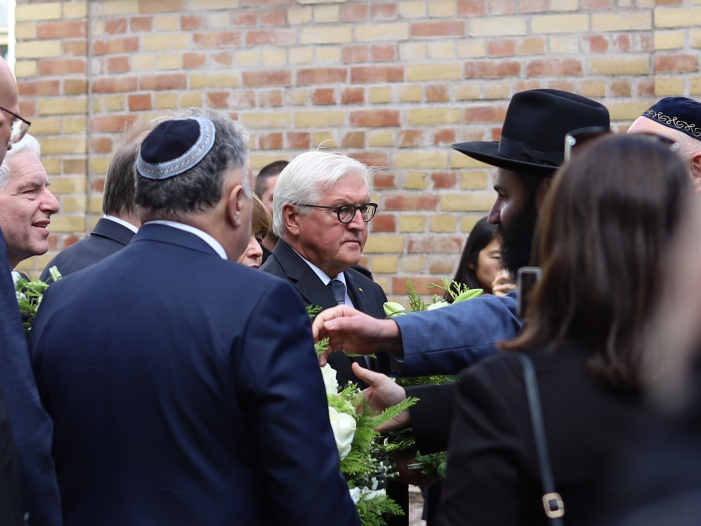 Photo of Steinmeier legt Blumen am Tatort in Halle nieder