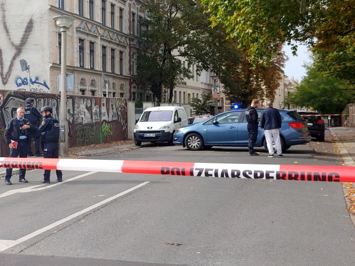 Zwei Tote nach Schießerei in Halle Verdächtiger festgenommen - Zwei Tote nach Schießerei in Halle - Verdächtiger festgenommen