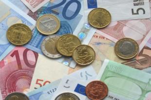 Muenzen und Geldscheine 310x205 - Dispozinsen - ein alltägliches Problem für Sparer