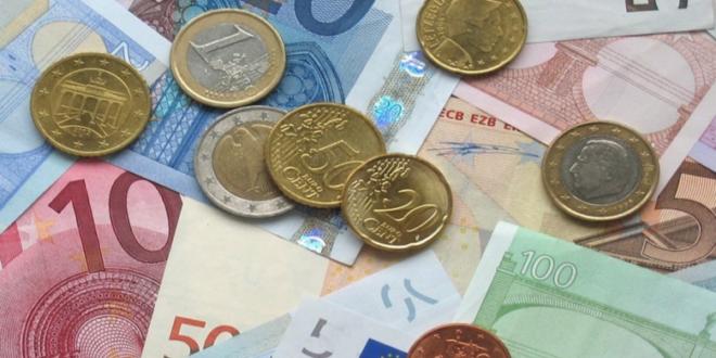 Muenzen und Geldscheine 660x330 - Dispozinsen - ein alltägliches Problem für Sparer