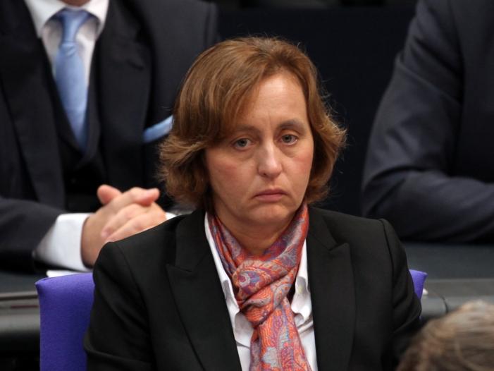 Photo of Von Storch rechtfertigt sich für provozierende Geste im Bundestag