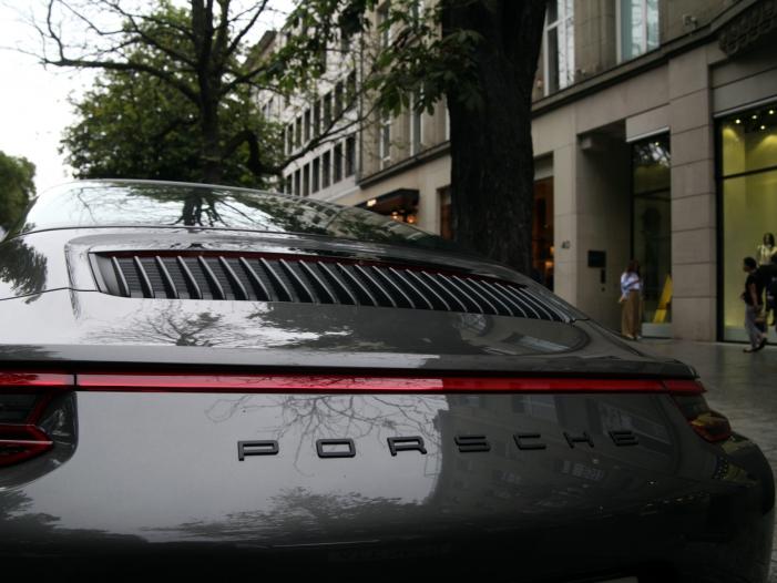 """Photo of Porsche-Chef mit """"Taycan""""-Verkaufszahlen hochzufrieden"""