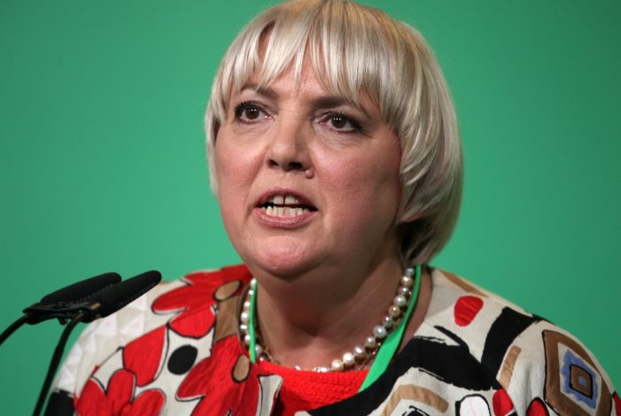 Photo of Claudia Roth sieht strukturelles Rassismusproblem in Deutschland