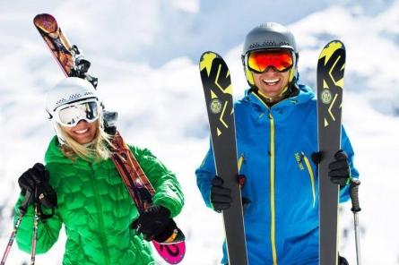 Mann mit Skiern - Winterurlaub - www.ratgeberzentrale.de
